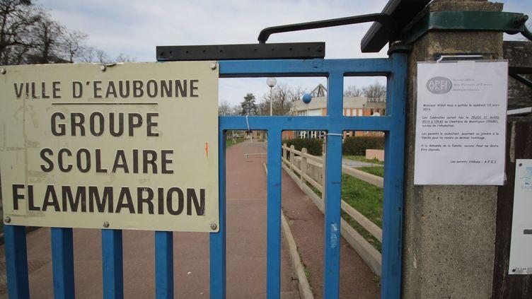 Message sur la porte du groupe scolaire Flammarion, dans le Val-d'Oise. (ANTOINE GUITTENY / MAXPPP)