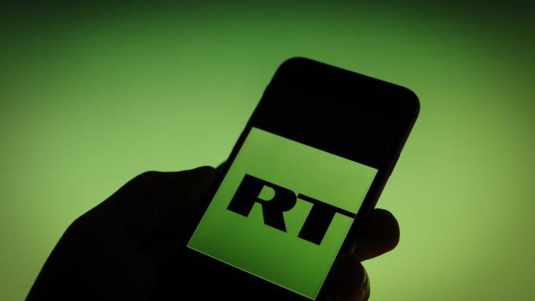 Le logo Russia Today sur un téléphone, le 1er décembre 2017. (JAAP ARRIENS / NURPHOTO / AFP)