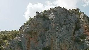 Le lac d'Esparron dans les Alpes-de-Hautes-Provence. Nichées dans les gorges du Verdon, ces eaux turquoise attirent les amoureux de la nature, amateurs de sports nautiques et de pêche. (FRANCE 2)