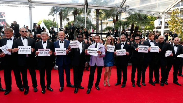 """L'équipe du film """"Expendables 3"""" sur le tapis rouge  (Youtube - TV Festival de Cannes)"""