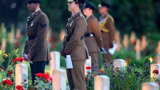 Des soldats britanniques commémorentle centenaire de la bataille de la Somme,au mémorial de Thiepval, le 30 juin 2016.  (FRANCOIS NASCIMBENI / AFP)