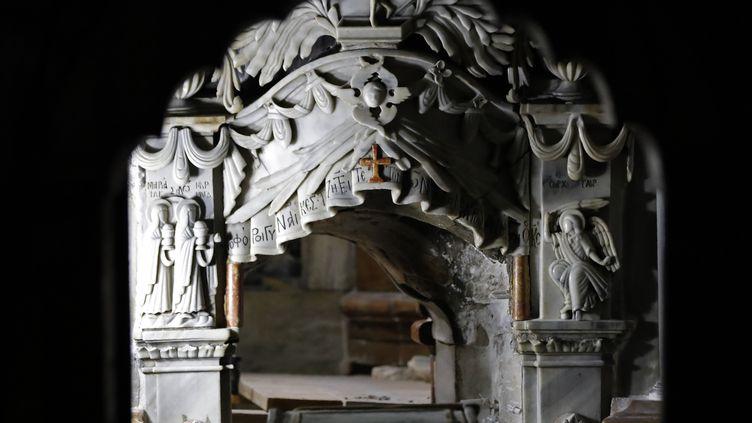 L'entrée du tombeau du Christ, lors de son ouverture pour restauration, le 28 octobre 2016 à Jerusalem. (THOMAS COEX / AFP)