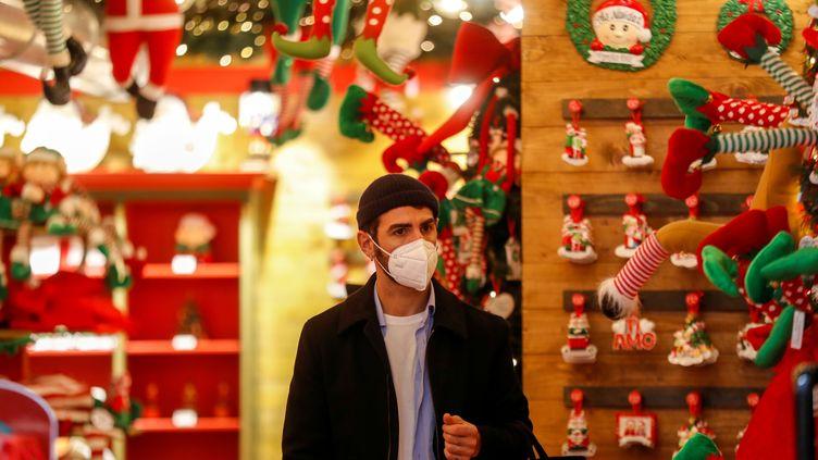 Un client masqué dans un magasin de décorations de Noël à Rome, en Italie, le 4 décembre 2020. (YARA NARDI / REUTERS)