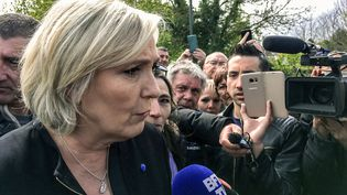 La candidate FN Marine Le Pen en visite surprise à l'usine Whirlpool à Amiens, le 26 avril 2017 alors que le futur président, Emmanuel Macron, est en visite dans le centre de la ville pour rencontrer des salariés de l'usine... (DCH / AFP)