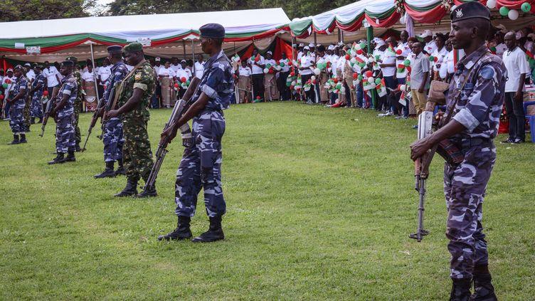 Des militaires burundais montent la garde lors de la campagne du parti au pouvoir, le CNDD-FDD, à Bujumbura, avant le référendum concernant l'amendement constitutionnel en mai 2018. (STR / AFP)