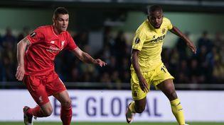 Le défenseur de Liverpool Dejan Lovren face à l'attaque de Villareal Cédric Bakambu (MARIA JOSE SEGOVIA / NURPHOTO)