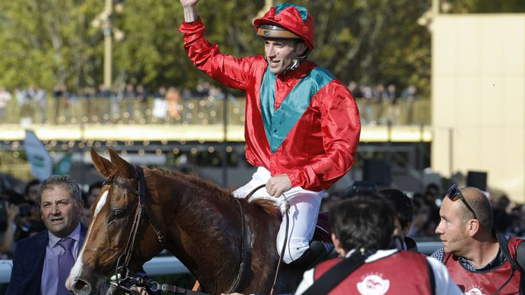 Le jockey Pierre-Charles Boudot lors de sa victoire au prix de l'Arc de Triomphe àl'hippodrome de Paris Longchamp, le 6 octobre 2019. (GEOFFROY VAN DER HASSELT / AFP)