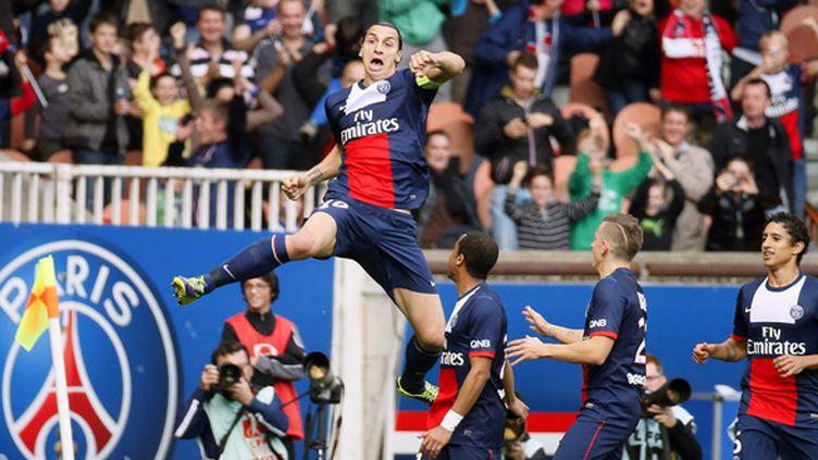 Ibrahimovic célèbre son but devant ses coéquipiers du PSG (IAN LANGSDON / MAXPPP)