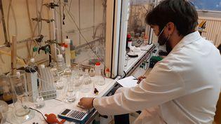 Le laboratoire de l'entreprise Axyntis le 22 juin 2021. (SOLÈNNE LE HEN / FRANCE-INFO)