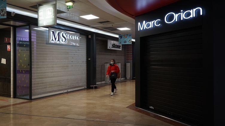 Des magasins fermés dans un centre commercial à Bagnolet (Seine-Saint-Denis), le 3 novembre 2020. (MYRIAM TIRLER / HANS LUCAS / AFP)