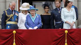 La famille royale britannique le 10 juillet 2018 au balcon de Buckingham Palace (Londres) à l'occasion des célébrations du centenaire de la Royal Air Force. (TOLGA AKMEN / AFP)
