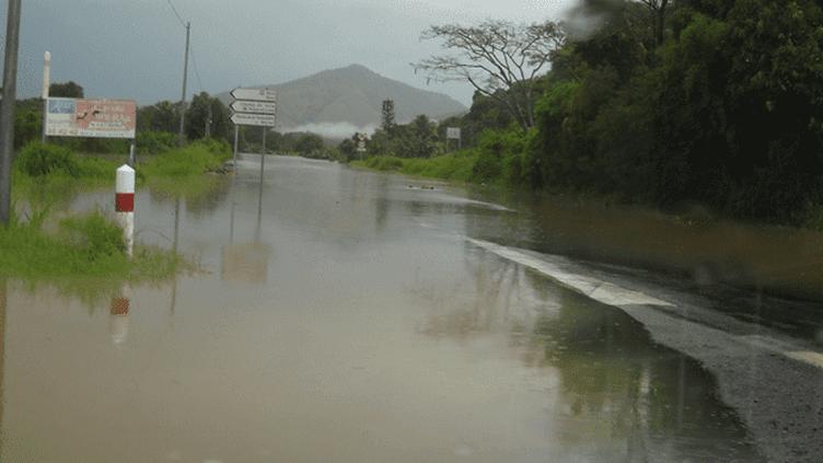 Les inondations sur la commune de Bourail (Nouvelle-Calédonie), où un enfant de 6 ans est mort, emporté par les eaux, mardi 4 février 2014. (NOUVELLE CALEDONIE 1ERE / FRANCETV INFO)