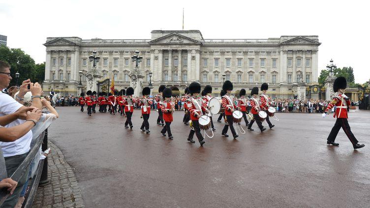 Relève de la garde devant le palais de Buckingham, le 23 juillet 2013 à Londres (Royaume-Uni). (PAUL HACKETT / REUTERS)
