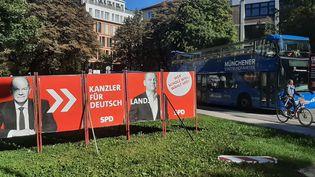 """Dans les rues deMunich, une affiche de campagne d'Olaf Scholz proclame """"Ceux quiveulent Scholzvotent pour le SPD"""". (SEBASTIEN BAER / FRANCEINFO / RADIO FRANCE)"""