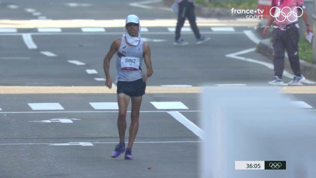 Après un départ canon, Yohann Diniz connaît des soucis… Le marcheur français est lâché du peloton alors que le Chinois Luo Yadong mène la course.