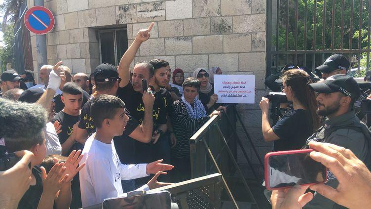 Plus d'une centaine de personnes manifestent devant l'entrée du tribunal de Jérusalemafin de soutenir les familles de Silwan, menacées d'expulsion, le 26 mai 2021. (FARIDA NOUAR / RADIO FRANCE)
