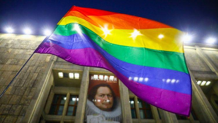 Ledrapeau LGBT pendant une manifestation à Cracovie (Pologne), le 12 février 2021. (BEATA ZAWRZEL / NURPHOTO / AFP)