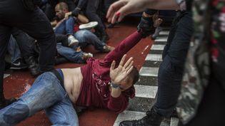 Affrontements entre catalans et policiers à Barcelone, le dimanche 1er octobre 2017. (FABIO BUCCIARELLI / AFP)