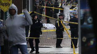Des policiers ont abattu un homme à New York, le 23 octobre 2014, après avoir été attaqués par celui-ci à la hache. (SHANNON STAPLETON / REUTERS)