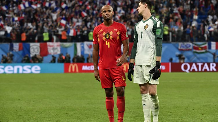Vincent Kompanyet Thibaut Courtoisdépités après la défaite de la Belgique contre la France (1-0), en demi-finale de la Coupe du monde, le 10 juillet à Saint-Pétersbourg en Russie. (DIRK WAEM / BELGA MAG / AFP)