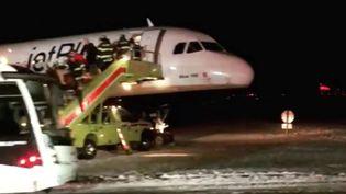 Un avion de la compagnie JetBlue a dérapé sur le tarmac de l'aéroport de Boston (Etats-Unis), lundi 25 décembre 2017. (SOCIAL MEDIA / REUTERS)