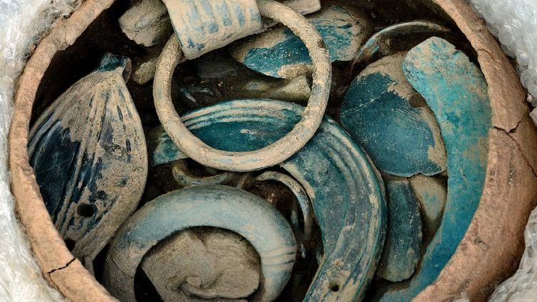 Des vases remplis d'objets en tous genres, ont pu être mis à jour et analysés. (F. BORD)