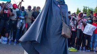 Aisha Yesufu, 45 ans, manifeste contre les violences policières. (CAPTURE D'ÉCRAN YOUTUBE)