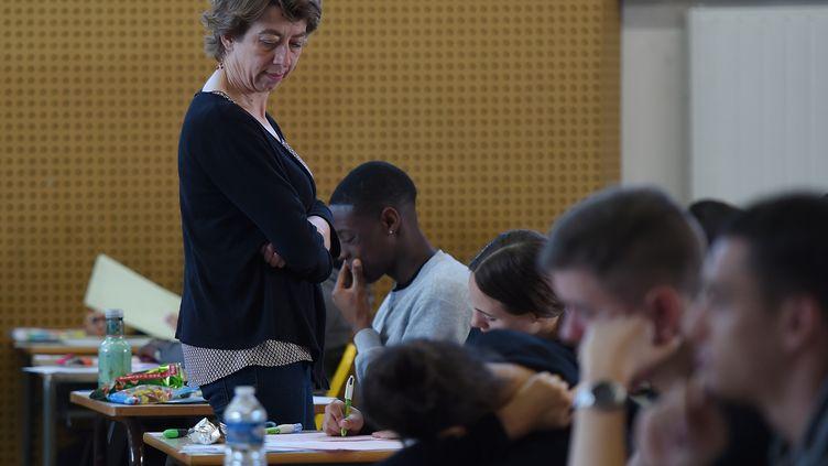 Une professeure pendant le bac philo le 17 juin 2019. (FREDERICK FLORIN / AFP)