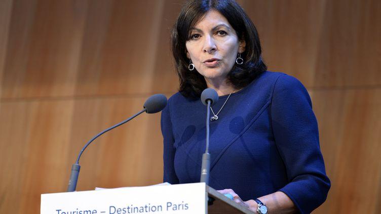 La maire (PS) de Paris, Anne Hidalgo, lors d'une conférence de presse sur le tourisme dans la capitale, à Paris, le 30 mai 2016. (BERTRAND GUAY / AFP)