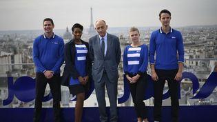 Le PDG d'Air France, Jean-Marc Janaillac, entouré de membres du personnel naviguant de Joon, lors de la présentation de la nouvelle compagnie aérienne, le 25 septembre 2017. (LIONEL BONAVENTURE / AFP)