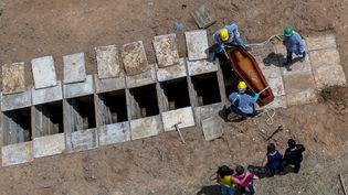 Un enterrement au cimetière Bom Jardim de Fortaleza (Brésil), le 7 mai 2020. (JARBAS OLIVEIRA / AFP)