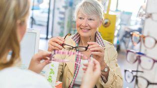 Environ un Français sur cinq propose une fraude à la complémentaire santé lors de l'achat de lunettes, selon une étude de l'UFC-Que Choisir publiée le 20 mai 2014. (BURGER / PHANIE / AFP)