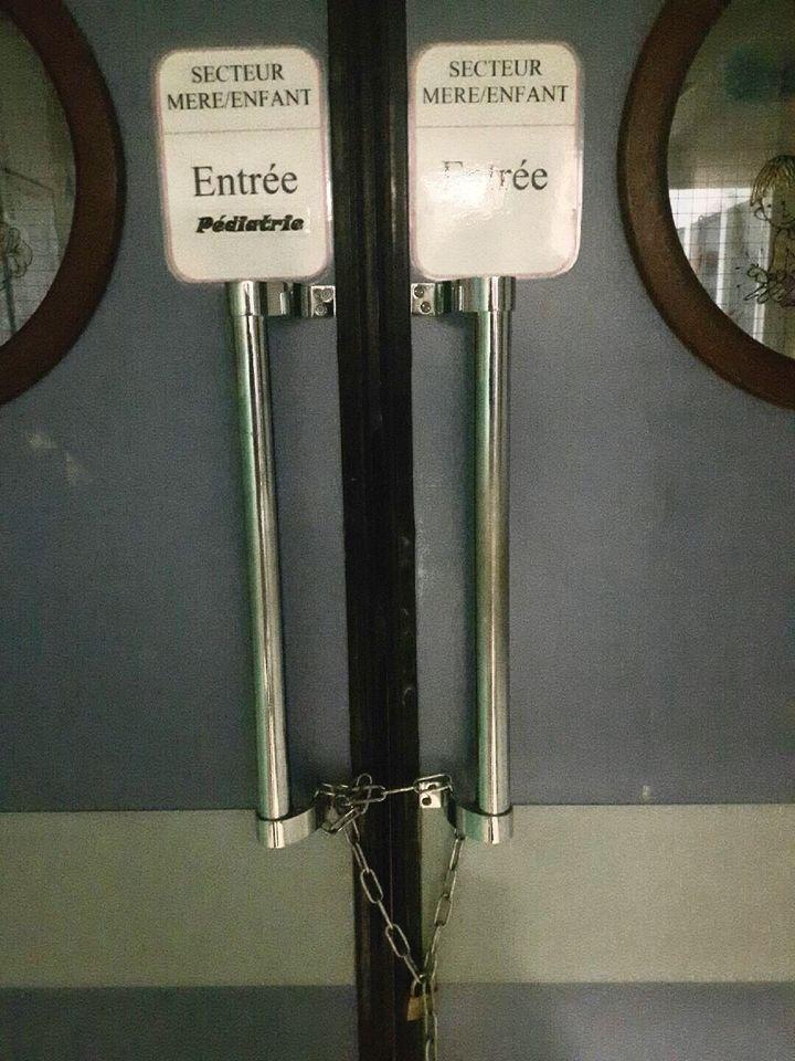 Les portes de la maternité de l'hôpital Louis-Jaillon fermées par un cadenas, le 2 avril 2018, à Saint-Claude (Jura). (JEAN-LOUIS MILLET)