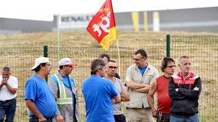 Des salariés de GM&S lors d'une précédente opération de blocage de l'usine Renault de Villeroy (Yonne), le 19 juillet 2017. (MAXPPP)