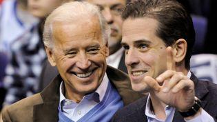 Joe Biden et son fils cadet Hunter Biden, le 30 janvier 2010 lors d'un match de basket à Washington. (JONATHAN ERNST / REUTERS)