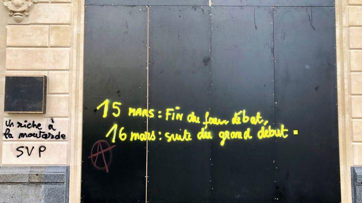Une inscription sur les Champs-Elysées le 17 mars 2019. (MATTHIEU MONDOLONI / FRANCEINFO)