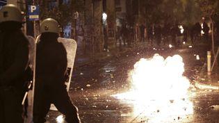 Affrontements entre policiers et manifestants dans les rues d'Athènes (Grèce), le 6 décembre 2016. (AYHAN MEHMET / ANADOLU AGENCY / AFP)