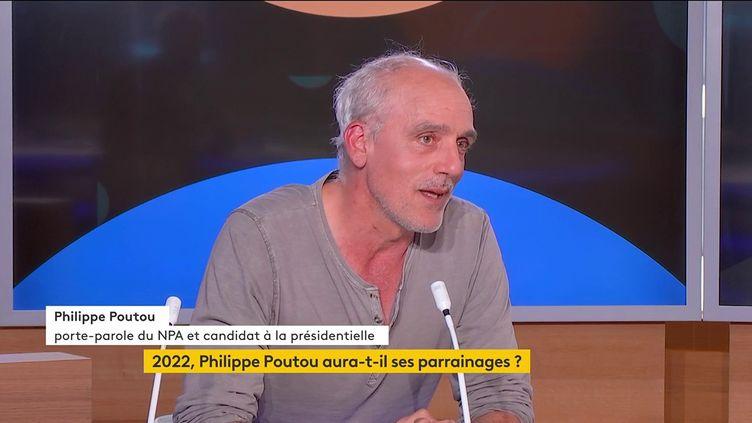 Le candidat du Nouveau Parti anticapitaliste (NPA), Philippe Poutou, mercredi 13 octobre sur la chaîne franceinfo (FRANCEINFO)