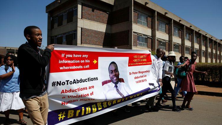Des salariés grévistes des hôpitaux manifestaient le 18 septembre 2019 pour protester contre la disparition de Peter Magombeyi, médecin hospitalier et syndicaliste. (PHILIMON BULAWAYO / X02381)