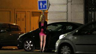 Une prostituée dans une rue de Nice (Alpes-Maritimes). (VALERY HACHE / AFP)
