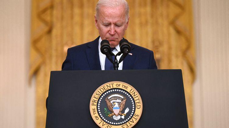 Le président américain Joe Biden s'exprime sur l'attentat survenu aux abords de l'aéroport de Kaboul, le 26 août, à Washington (Etats-Unis). (JIM WATSON / AFP)