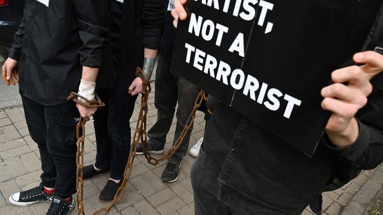 """Des activistes de """"SaveOlegSentsov"""" ont manifesté à Kiev pour marquer le 5e anniversaire de l'arrestation du cinéastepar les autorités russes. (SERGEI SUPINSKY / AFP)"""