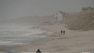 Alors que la tempête Ciara s'abat sur le nord du pays, le journaliste Vincent Dupire est en direct de Calais (Pas-de-Calais). (France 3)