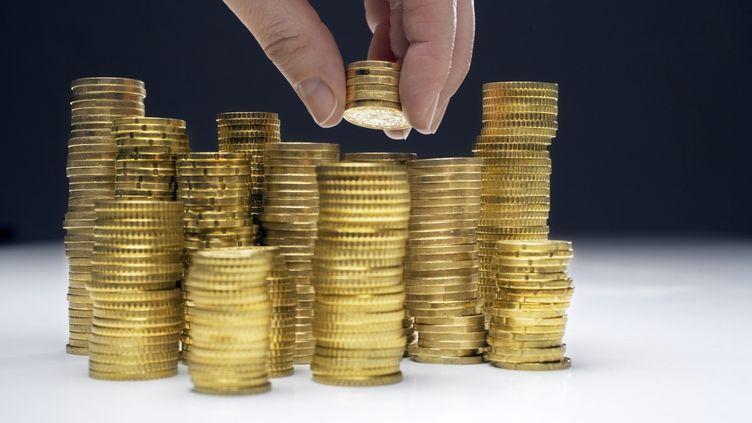 Le montant des encours concernés s'élèverait à 1,2 milliard d'euros pour les comptes bancaires et à 2,7 milliards d'euros pour les contrats d'assurance-vie. (ALTRENDO / GETTY IMAGES)