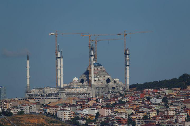 La mosquée géante qui surplombe le Bosphore à Istanbul, le 5 juin 2016. (MURAD SEZER / REUTERS)