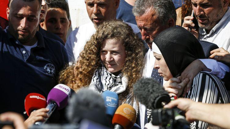 Ahed Tamimi, entourée de son père et de sa mère, à sa sortie de prison, le 29 juillet 2018. (ABBAS MOMANI / AFP)