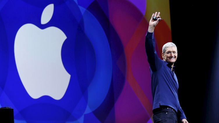 Tim Cook, directeur général d'Apple, lors de la conférence Keynote du 8 juin 2015, à San Francisco (Etats-Unis), au cours de laquelle il avait annoncé le lancement d'Apple Music. (ROBERT GALBRAITH / REUTERS)