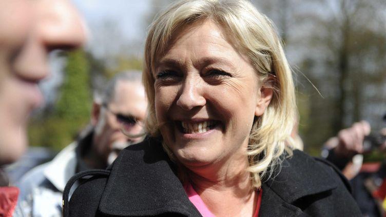 Marine Le Pen en visite en 2012en Centre-Bretagne chez Pierre-Marie Launay, producteur de lait bio et candidat du Front national aux élections législatives. (FRIONNET CYRIL / MAXPPP)