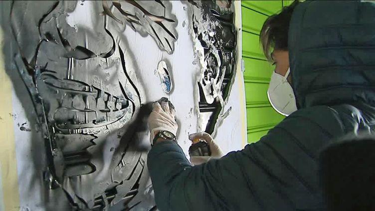 Atelier street art avec Sunra pour des ados de la protection judiciaire de la jeunesse (V. Cohen-Luxey / France Télévisions)