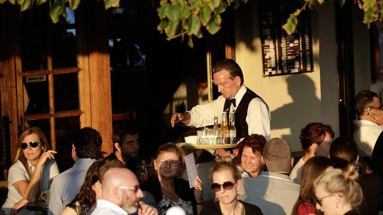 Un serveur dans un restaurant à Paris, le 4 octobre 2014. (  MAXPPP)